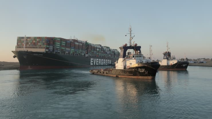 سفينة الحاويات الجانحة تبحر في قناة السويس بعد ٦ أيام من توقفها
